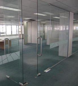 cửa và vách kính cường lực văn phòng