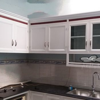 mẫu tủ bếp nhôm kính màu trắng sứ