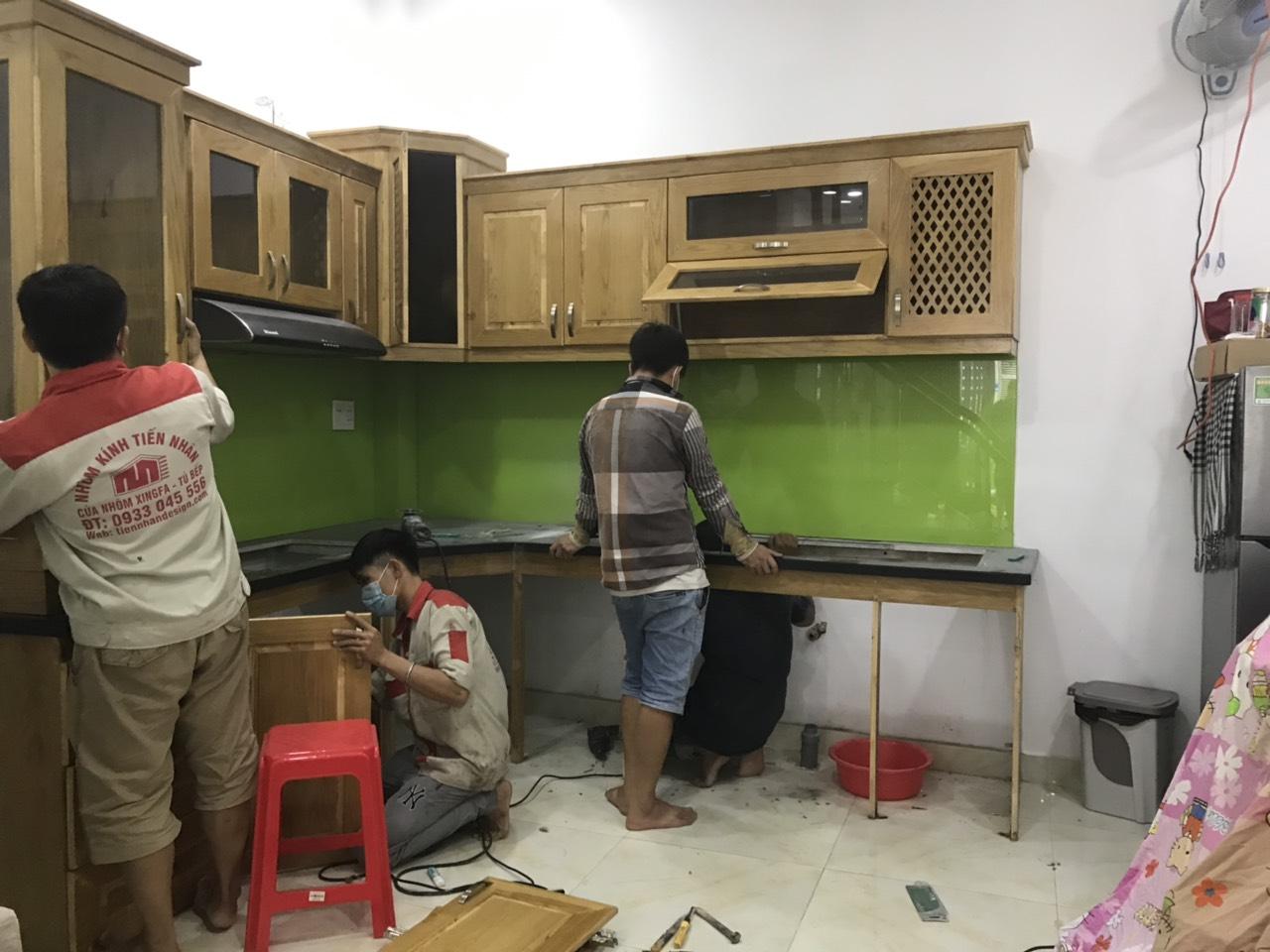 thay tủ bếp gỗ bằng tủ bếp nhôm kính